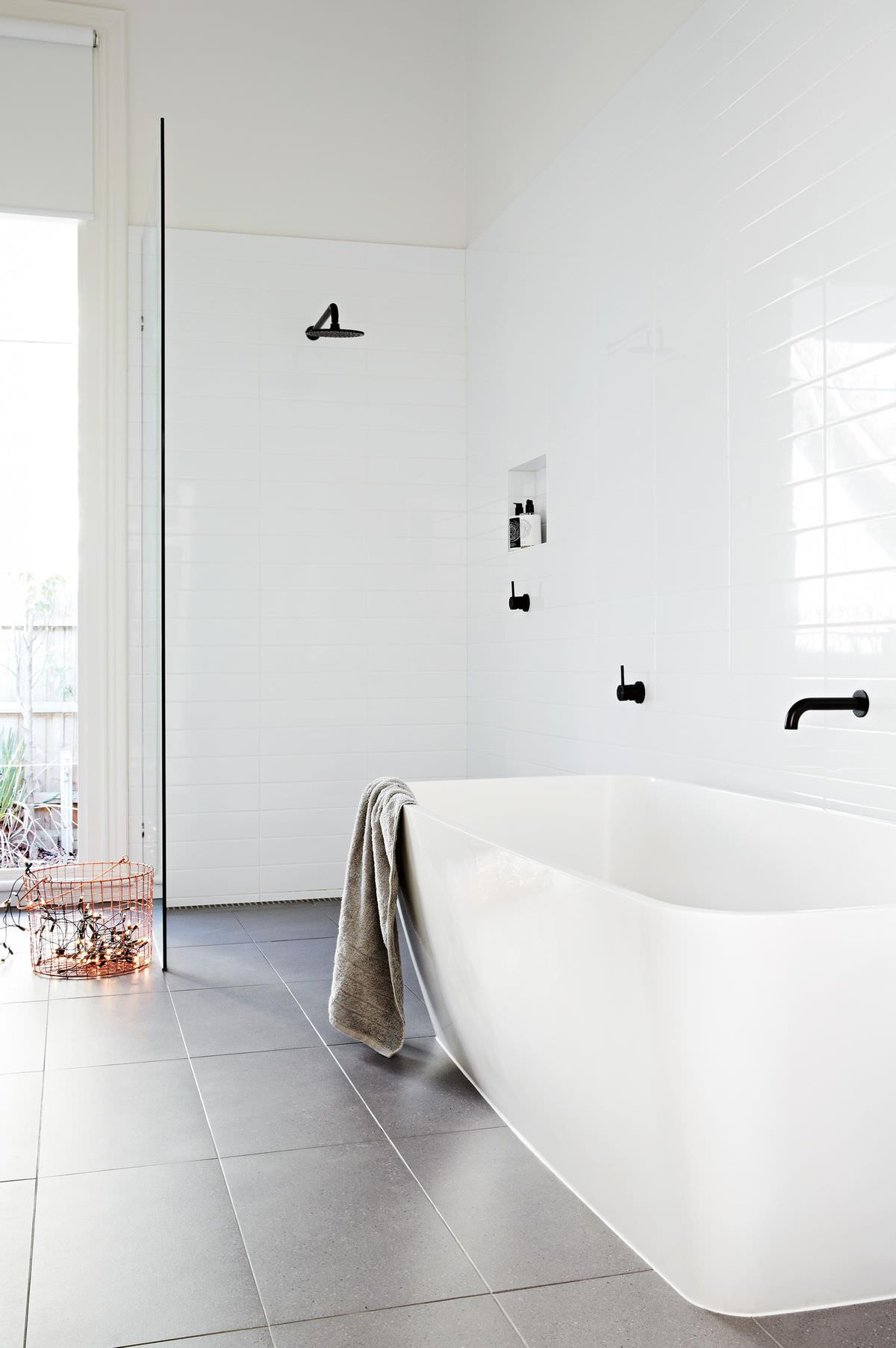 100 idee bagni moderni da sogno colori idee piastrelle bagno moderno start preventivi for Big white bathroom wall tiles