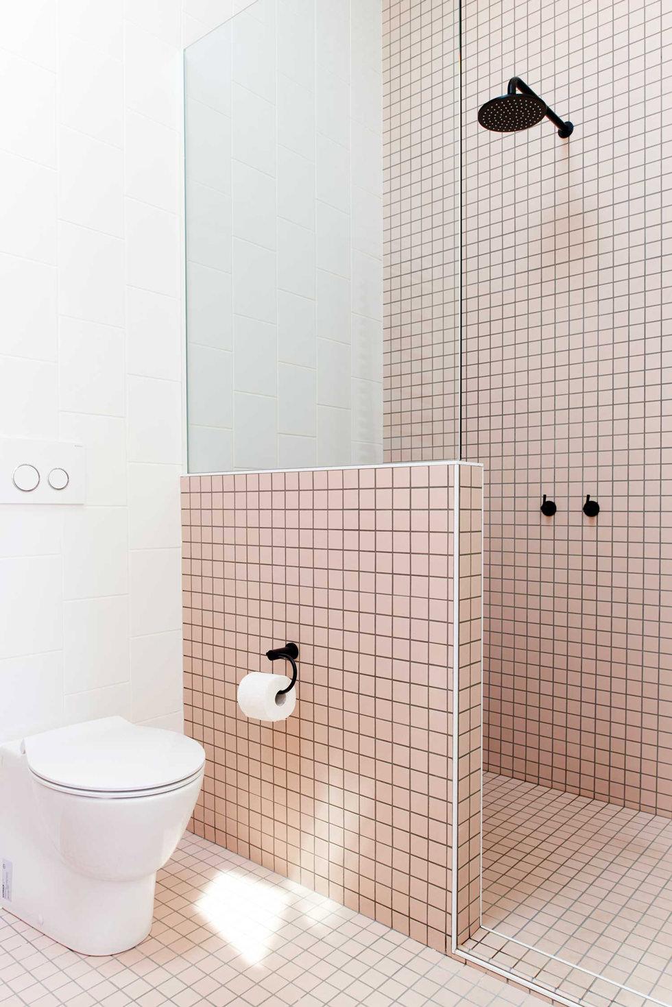 Piastrelle Bagno Mosaico Viola bagno con pavimenti e rivestimenti in mosaico • 100 idee