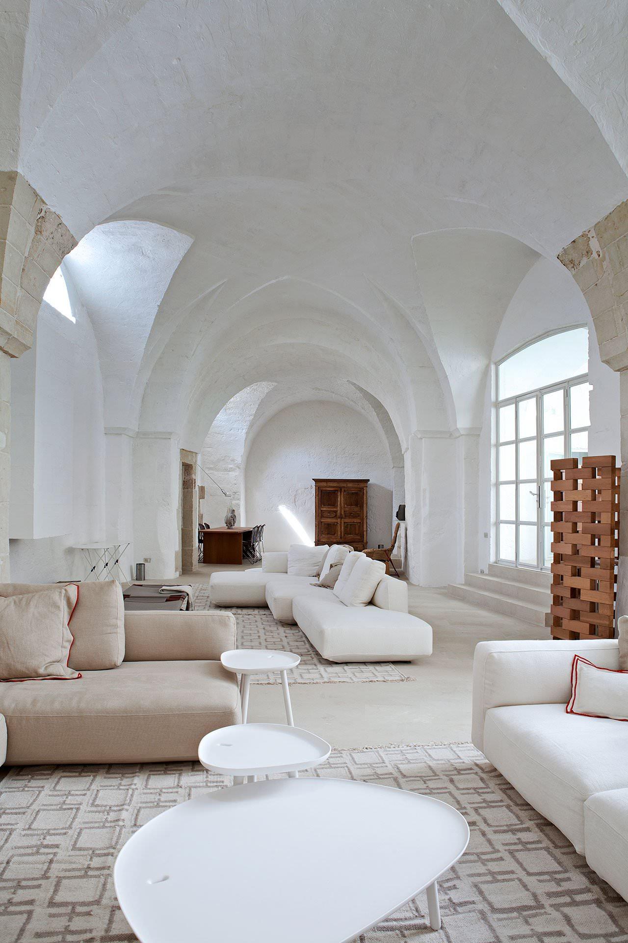 Ristrutturazione di un antico frantoio che diventa moderna for Ambiente soggiorno moderno