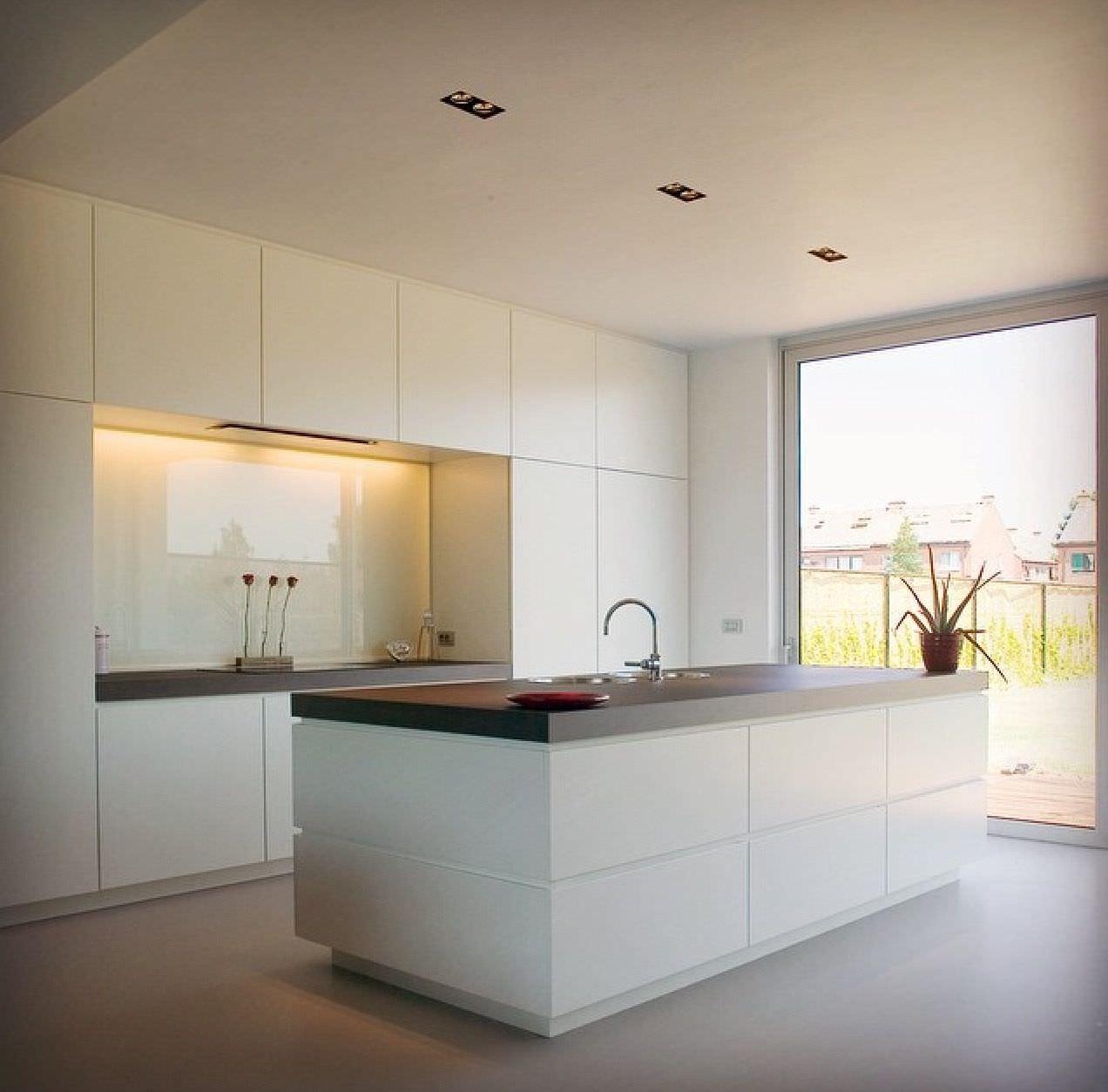 100 idee cucine con isola soluzioni moderne e funzionali for Parete attrezzata bianca e nera