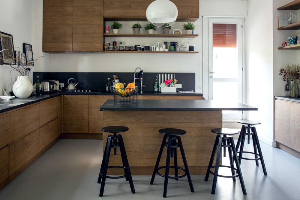 Cucine Con Bancone In Legno : Cucina bianca con isola lungo il ripiano del bancone e armadi in