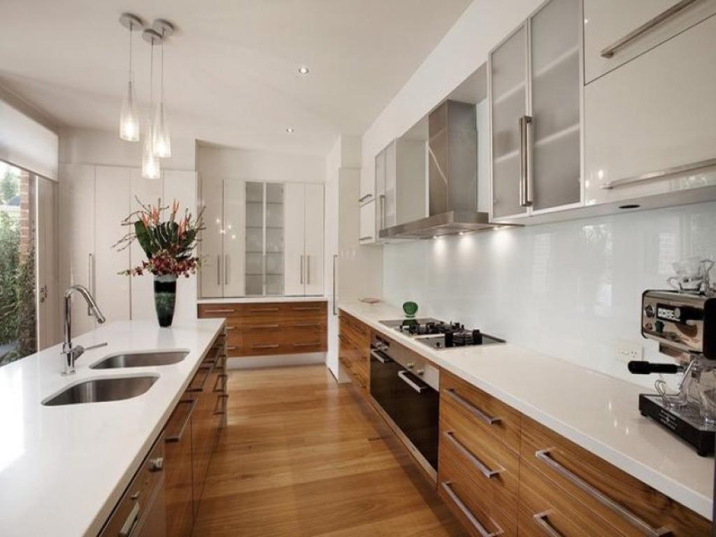 100 idee cucine moderne in legno bianche nere colorate for Mobili piu