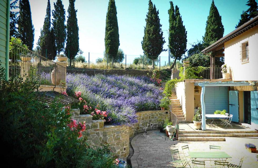 progettare un giardino rustico pieno di colori e calore