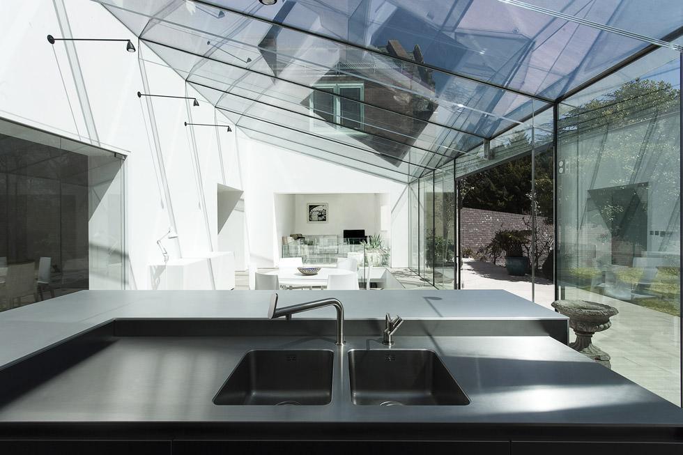 Oltre Il Soffitto Di Vetro : Un soffitto in fibra di vetro per il fashion store snd dello